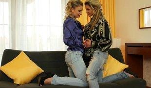 slikking lesbisk pornostjerne fingring ass leketøy vibrator orgasme glamor