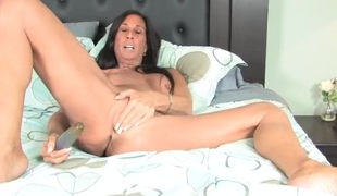 Old hottie fills her asshole and pussy with a toy