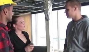 vrouwtje en bouwers beleven heerlijke sex