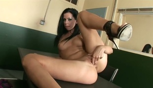 Larissa Dee fills the gap betwixt her legs with dildo for livecam in solo act