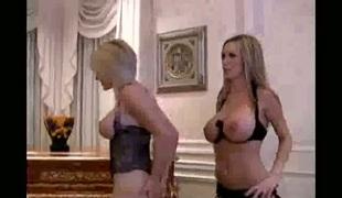 barbert puppene brunette blonde stor rumpe lesbisk gruppe store pupper lingerie strømper