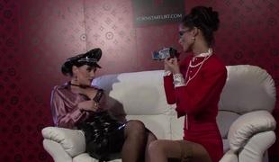 barbert brunette babe slikking lesbisk store pupper strømper leketøy vibrator høye hæler