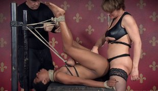 Foxy slut and a hung man enjoy banging an ebony floozy