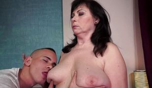 brunette blowjob sædsprut moden lubben sucking saggy tits